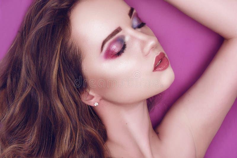 与创造性的桃红色的时装模特儿和蓝色组成 秀丽美女艺术画象有五颜六色的抽象构成的 ?? 免版税库存图片