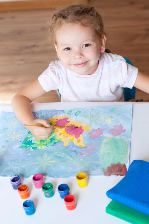 与刷子的小女孩绘画 图库摄影