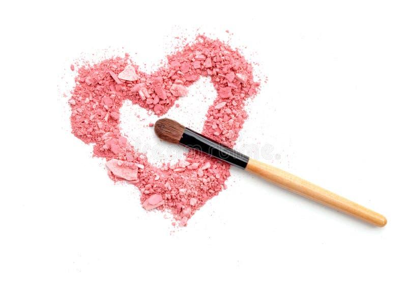 与刷子的心形的被击碎的眼影膏爱概念,秀丽 免版税库存照片