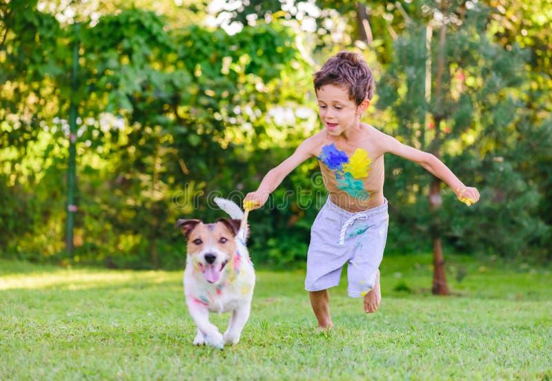 与刷子的淘气鬼绘画在设法的狗逃脱 免版税库存图片