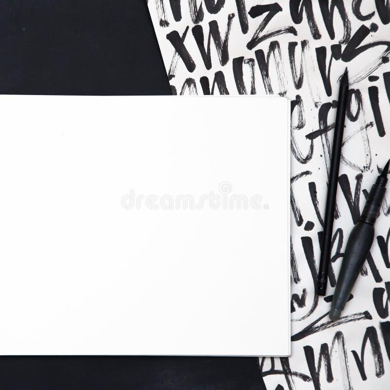 与刷子的空的白皮书在书法grangy背景 免版税库存图片