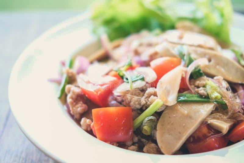 与剁碎的猪肉蕃茄菜的辣细面条沙拉混合 库存图片