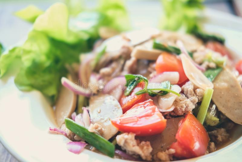 与剁碎的猪肉蕃茄菜的辣细面条沙拉混合 免版税库存照片