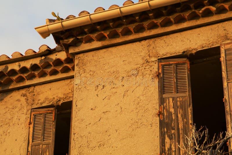 与削皮油漆的一个被放弃的遗弃地中海大厦 免版税库存照片