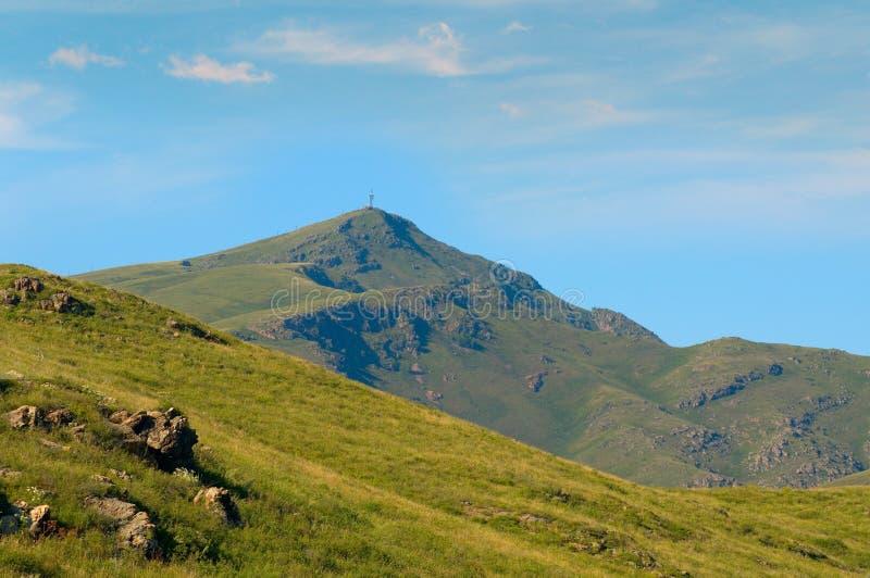 与前景和背景的山风景 东哈萨克斯坦 免版税图库摄影