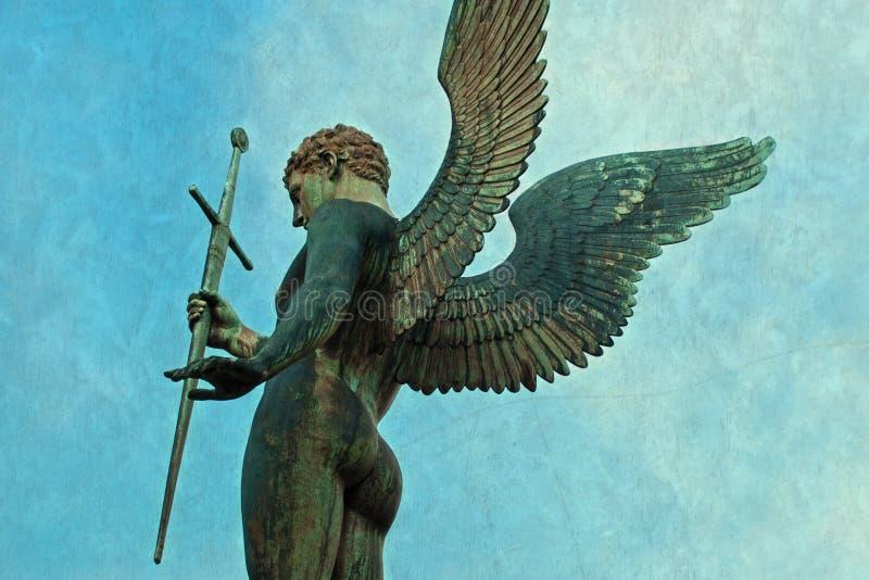 与剑的男性天使天使雕象 免版税库存图片