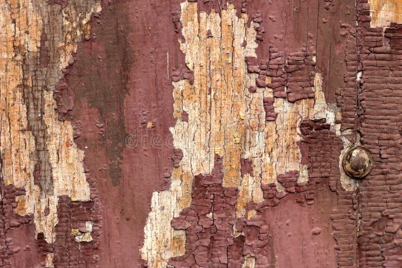 与剥油漆的老木纹理木表面上 老木头,与油漆,剥油漆的葡萄酒的板纹理  老褐色 免版税库存图片