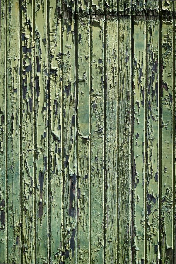 与剥绿色油漆的被风化的木头 免版税库存照片