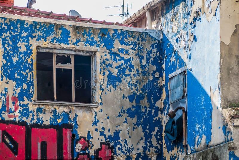 与剥落的油漆的破旧的门面在市中心 图库摄影