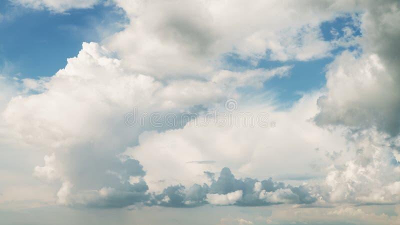 与剧烈的云彩的蓝天 库存照片