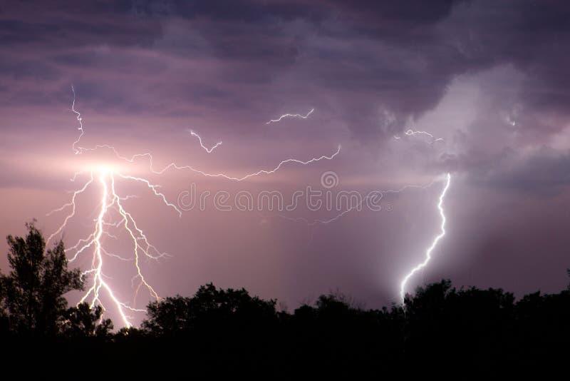 与剧烈的云彩的闪电 夜雷暴 免版税图库摄影