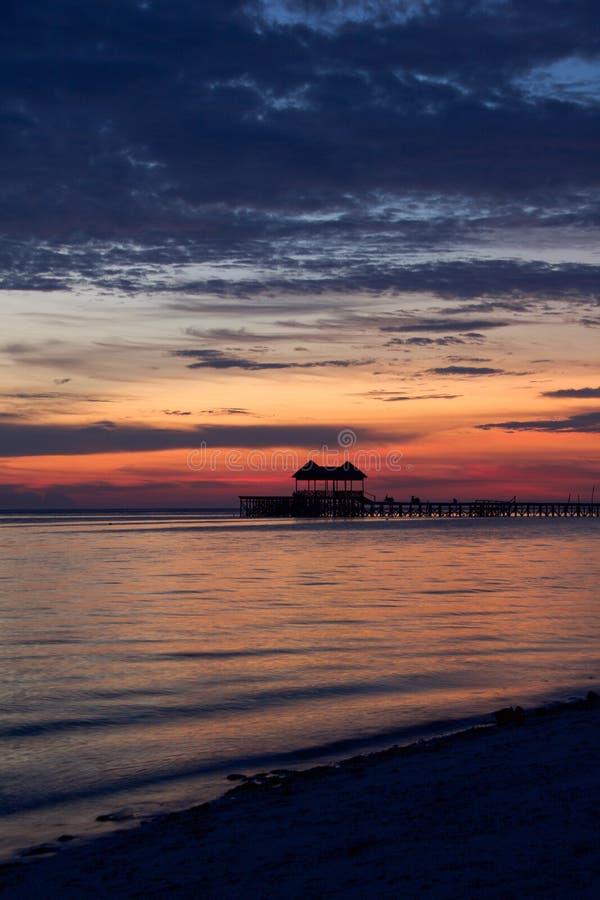 与剧烈的多彩多姿的天空的令人惊讶的日落 库存照片
