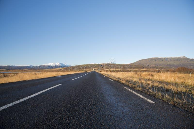 与剧烈的天空沿环行路,路线的美丽的山 库存图片
