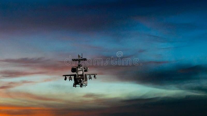 与剧烈的天空的军事武装直升机飞行 向量例证