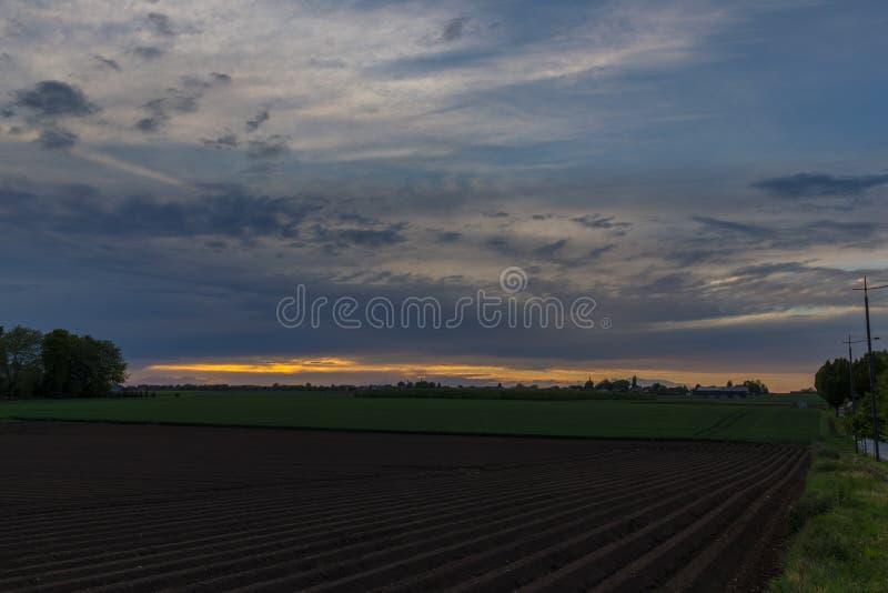 与剧烈的天空的日落在农业领域在弗龙霍芬 库存照片