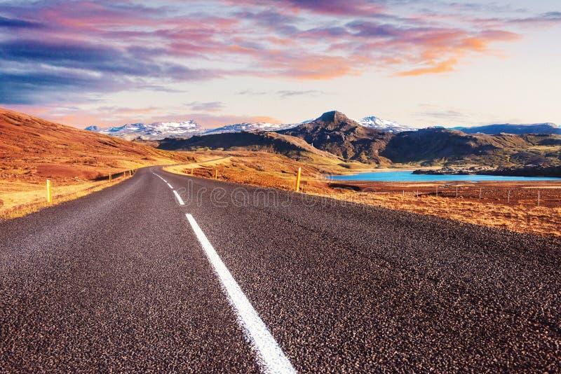 与剧烈的天空的美丽的山沿环行路,在冰岛寻址1 免版税图库摄影