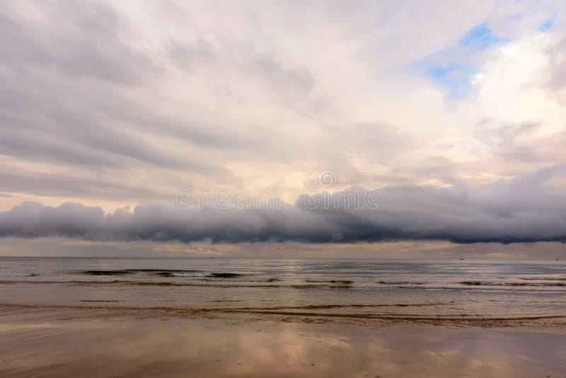与剧烈的天空的镇静和喜怒无常的海景在风暴前 免版税库存图片