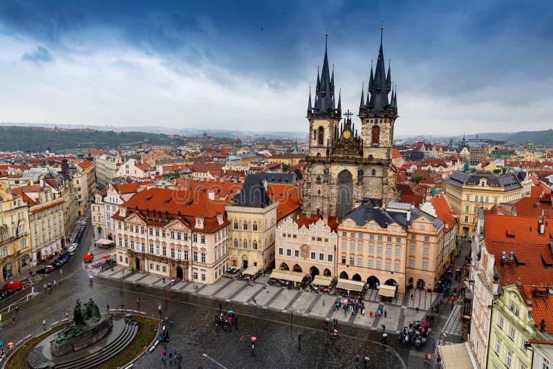 与剧烈的天空的鸟瞰图在老镇中心在布拉格 免版税库存图片