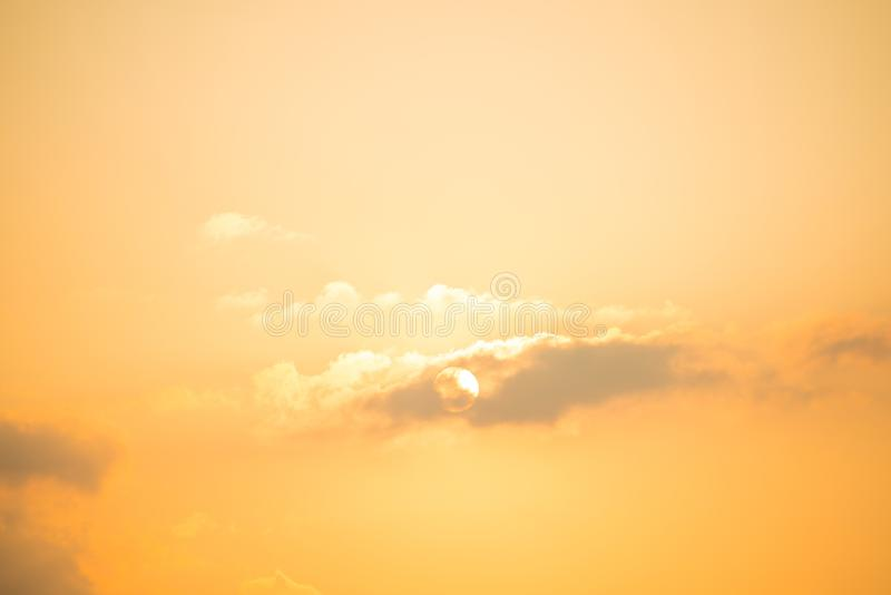 与剧烈的日落的Cloudscape 库存照片