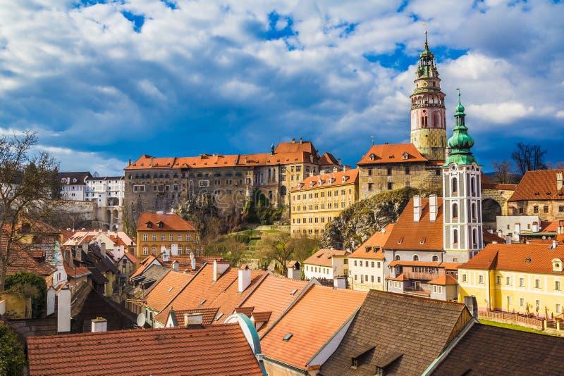 与剧烈的风雨如磐的天空,捷克的捷克克鲁姆洛夫城堡 免版税库存照片
