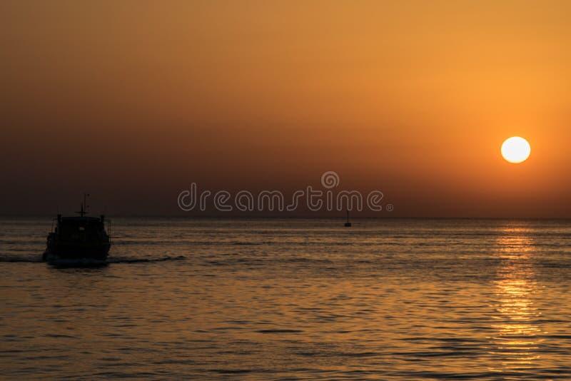 与剪影的美好的海洋日落 免版税库存照片