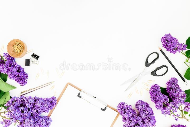 与剪贴板、剪刀、淡紫色花和辅助部件的女性构成在白色背景 春天…上升了叶子,自然本底 平的位置,顶视图 库存图片