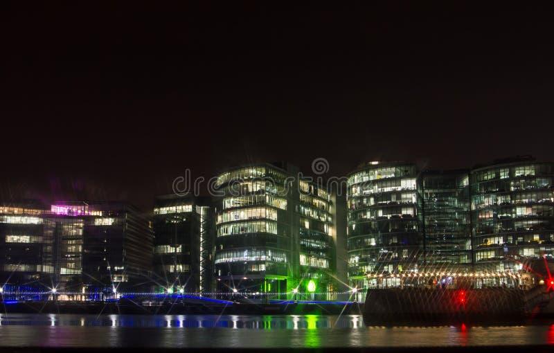 与办公楼在晚上,伦敦,英国的堤防 图库摄影