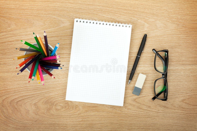 与办公用品和玻璃的空白的笔记薄 免版税库存照片