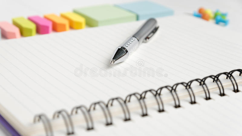 与办公用品的笔记薄 库存照片