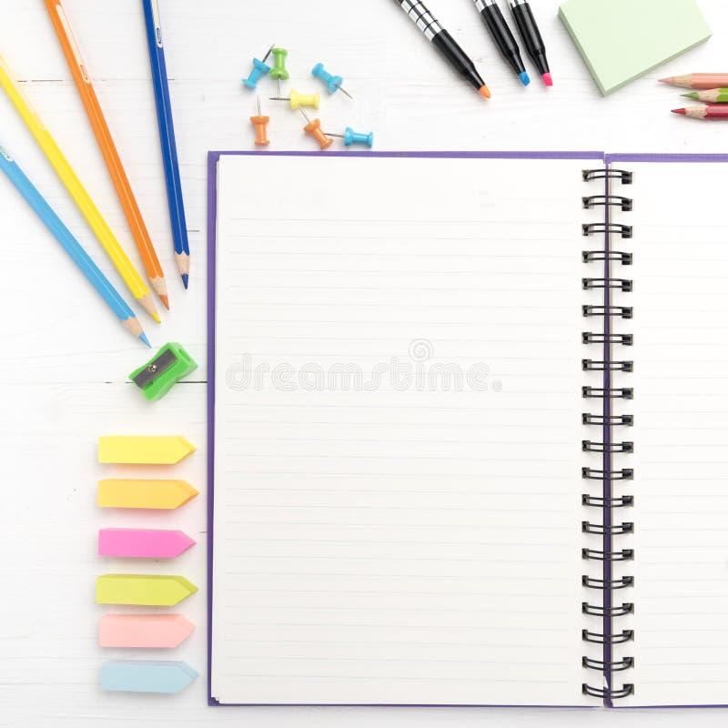 与办公用品的笔记薄 免版税库存照片