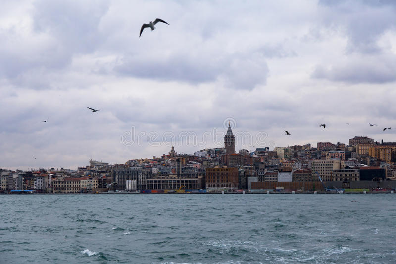 与加拉塔塔的伊斯坦布尔风景从在海的汽船 免版税库存图片