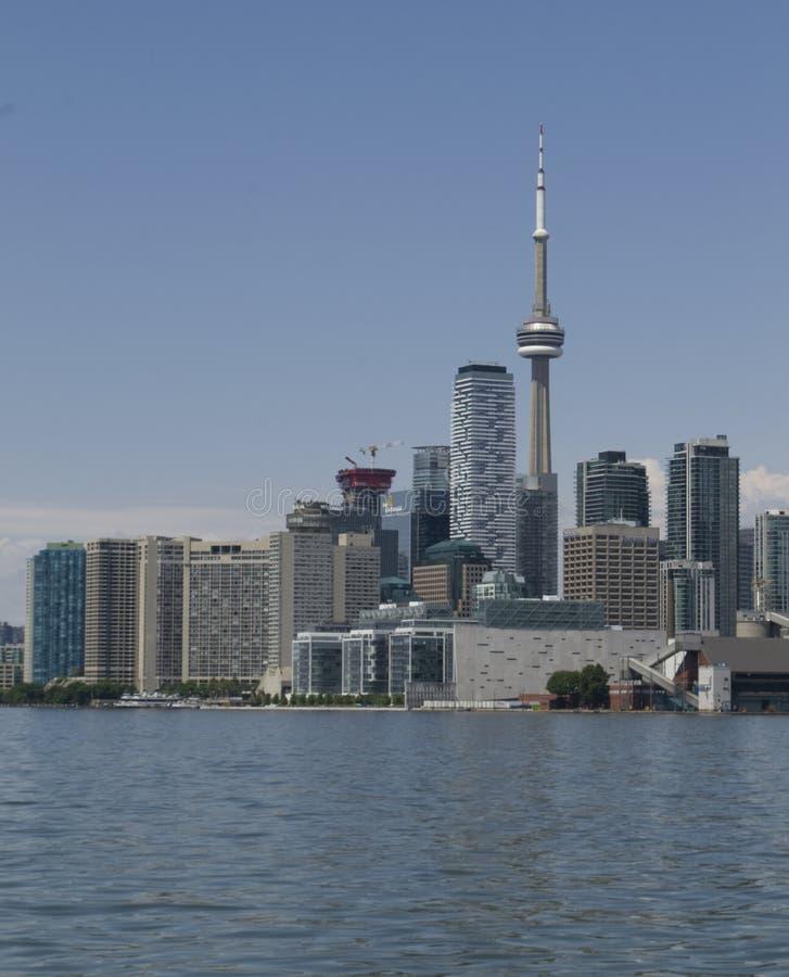 与加拿大国家电视塔的多伦多地平线在安大略湖垂直 库存照片