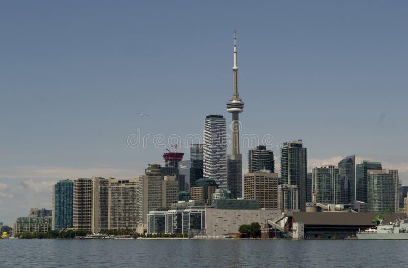 与加拿大国家电视塔的多伦多地平线在安大略湖 库存照片