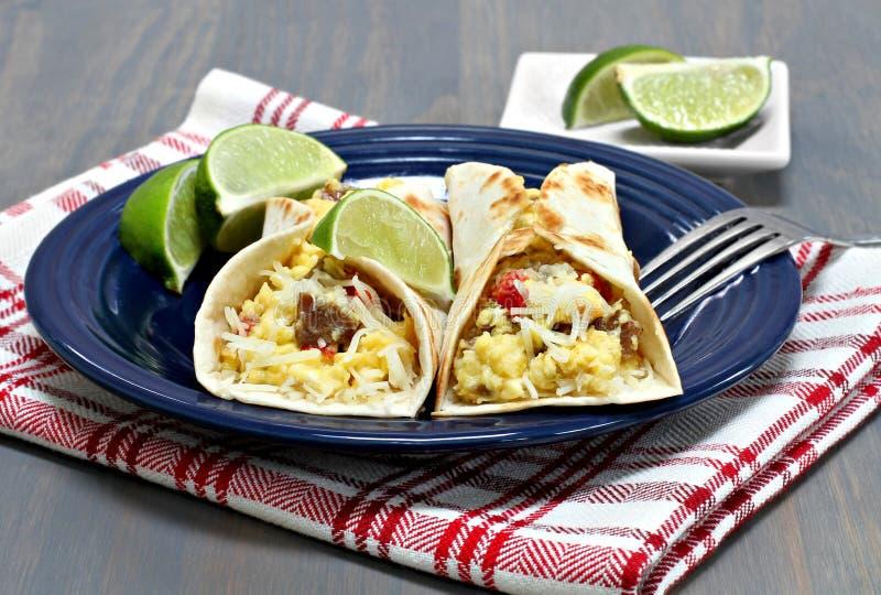 与加调料的口利左香肠、鸡蛋和胡椒的两块早餐炸玉米饼 免版税图库摄影
