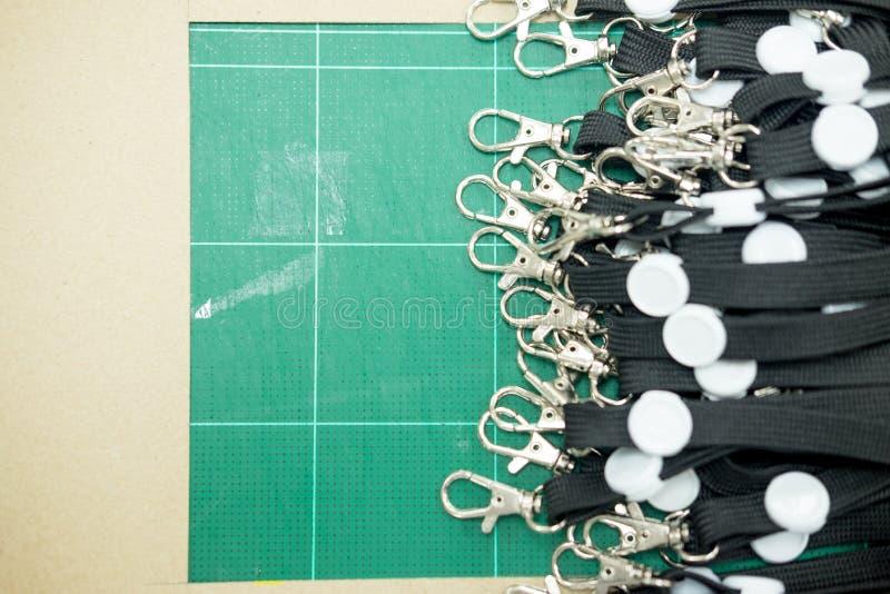 与勾子的黑短绳徽章标记的 免版税库存图片