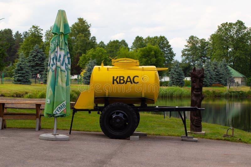 与包含普遍的俄国啤酒饮料的轮子的桶 免版税图库摄影