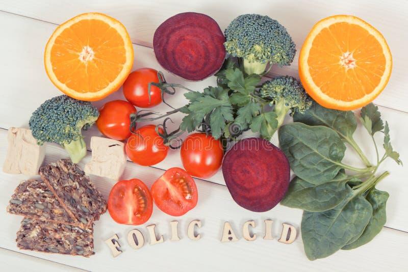 与包含维生素B9和饮食纤维,健康营养概念的滋补产品的题字叶酸 免版税库存图片