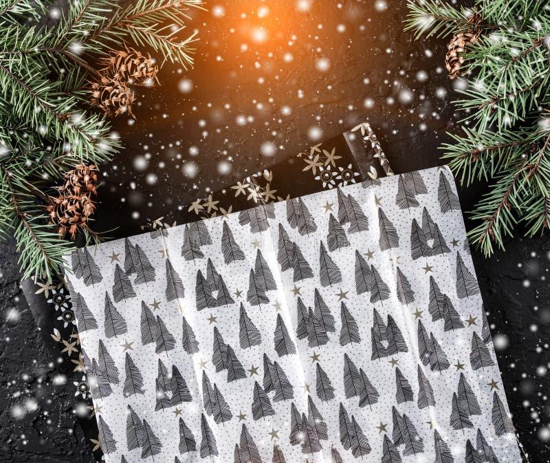 与包裹的xmas,冷杉分支,礼物,在假日背景的杉木锥体的圣诞节构成 Xmas和新年快乐题材 图库摄影