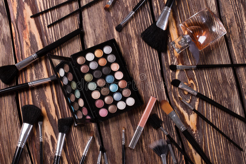 与化妆用品的刷子 免版税库存照片