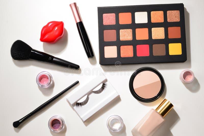 与化妆美容品、眼影、颜料、唇膏、刷子和工具的专业构成产品 文本的空间或 免版税图库摄影
