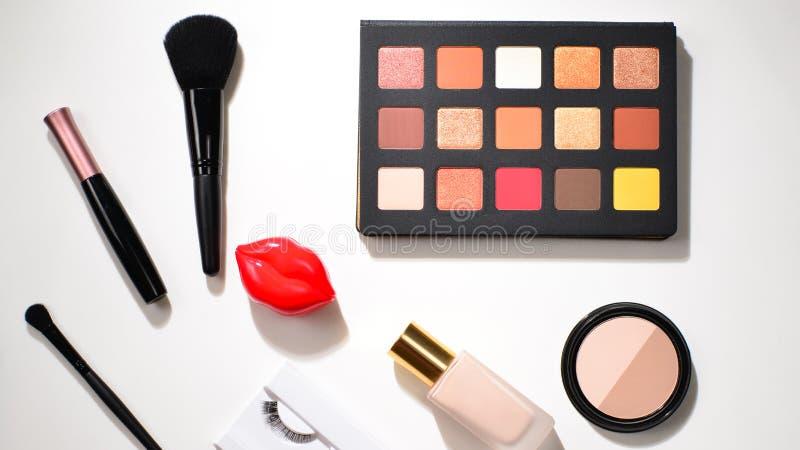 与化妆美容品、眼影、颜料、唇膏、刷子和工具的专业构成产品 文本的空间或 图库摄影
