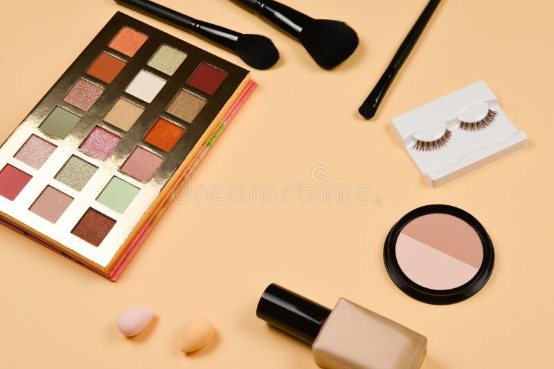与化妆美容品,基础,唇膏,眼影,眼睛鞭子,刷子的专业时髦构成产品和 免版税库存图片