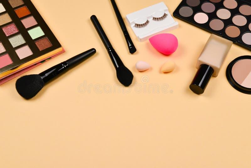 与化妆美容品,基础,唇膏,眼影,眼睛鞭子,刷子的专业时髦构成产品和 库存照片