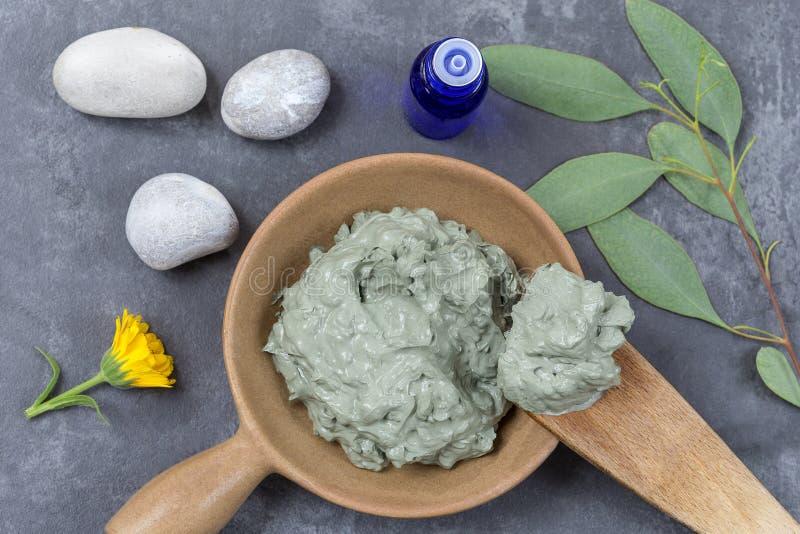 与化妆黏土和矢车菊的玉树,石头精油和分支,温泉治疗的,在木匙子,  库存照片