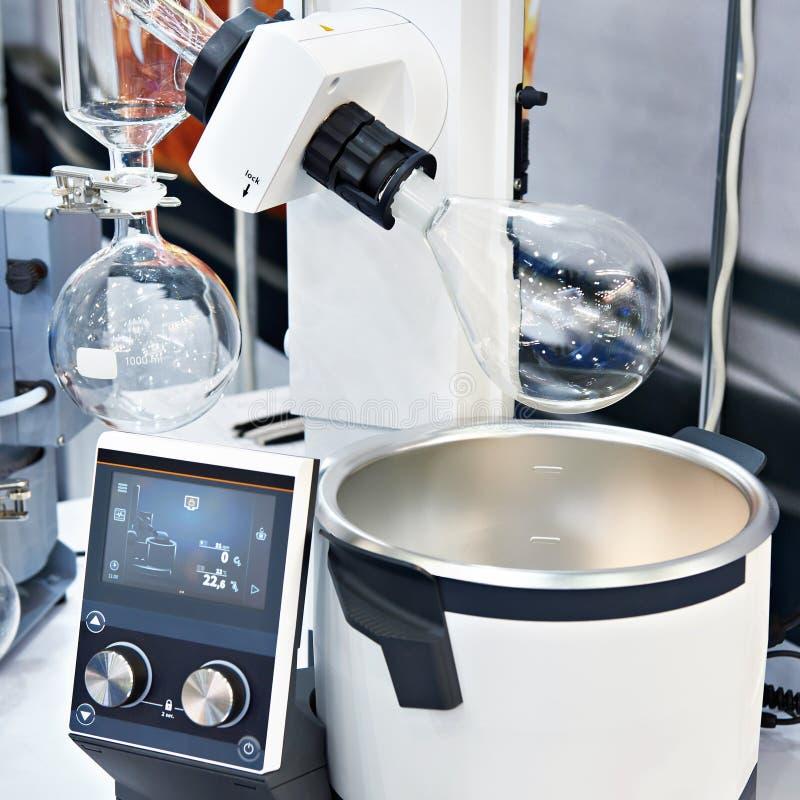 与化工准备的实验室蒸发器在烧瓶 免版税库存图片