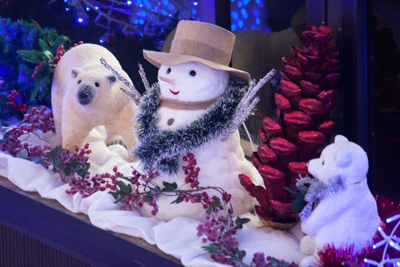 与北极熊的装饰雪人 库存照片