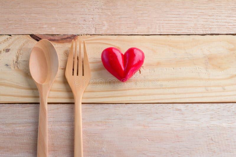 与匙子和叉子的心脏对象 库存照片