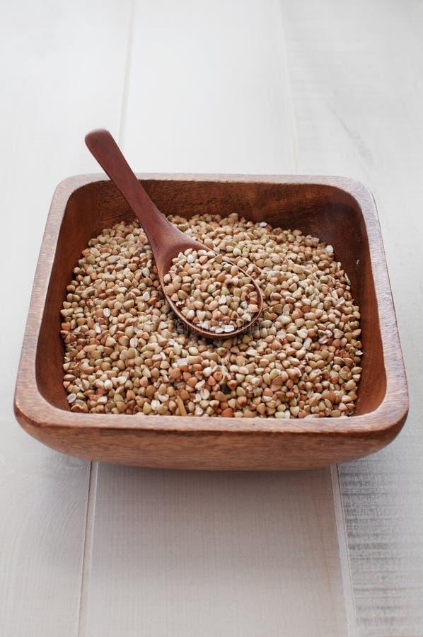 与匙子的原始的荞麦在碗 免版税图库摄影