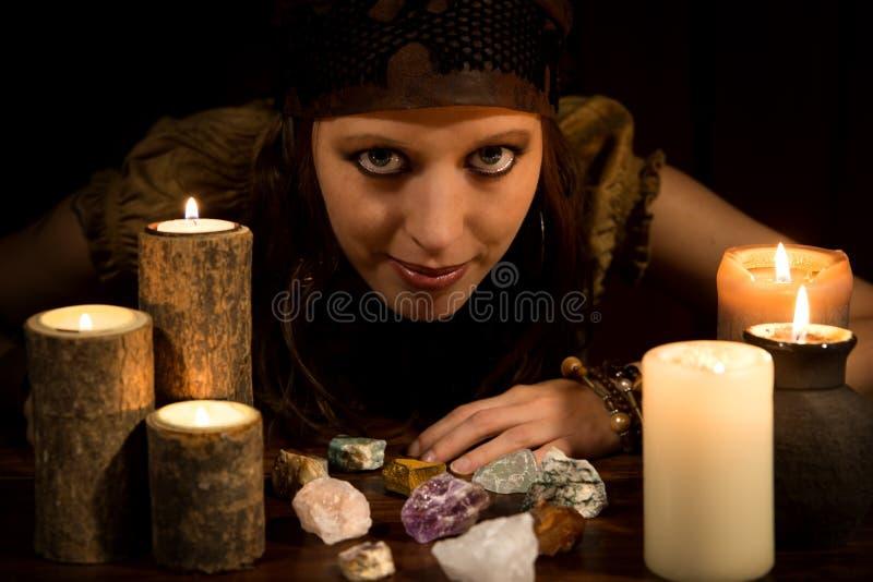 与医治用的石头的Oracle和蜡烛、概念力量和Lov 免版税库存图片