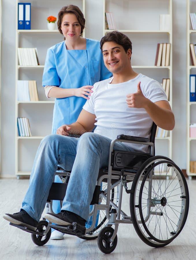 与医生的耐心接受的修复补救节目 库存图片